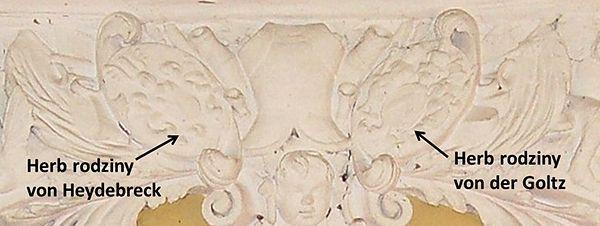 Herby fundatorów na ornamencie zdobiącym kaplicę