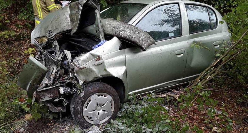Toyota uderzyła w drzewo. Jedna osoba w szpitalu