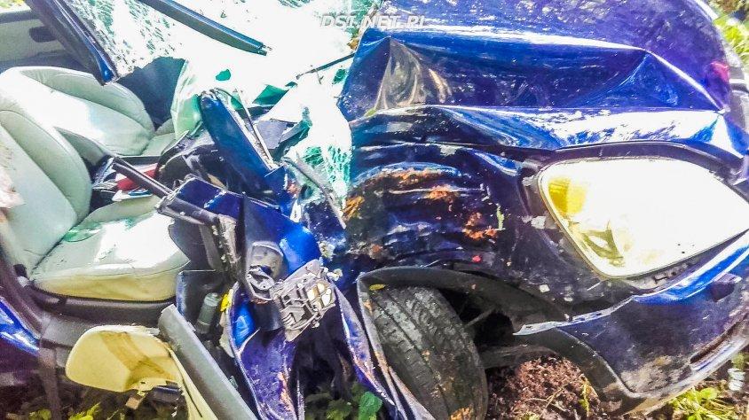Wypadek w Brzezince. Dwie osoby zakleszczone w pojeździe