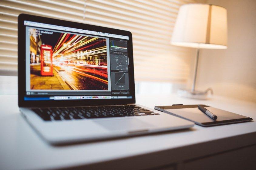 Czy tylko fotograf potrzebuje porządnego do pracy aparatu fotograficznego, biurka i komputera ?