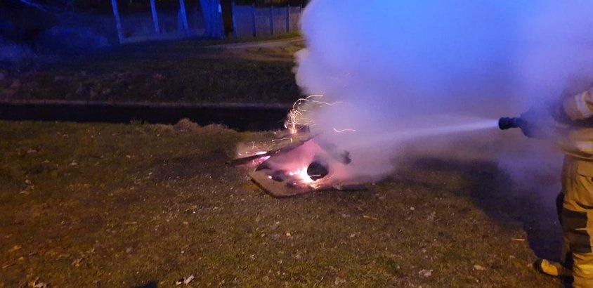 Ktoś zrobił sobie ogniska ze starych mebli i rozpalił je w mieście. Płomienie sięgały 4 metrów