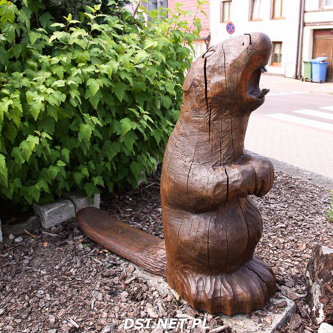 Rzeźby w Czaplinku odnowione przez rzeźbiarza Edwarda Szatkowskiego