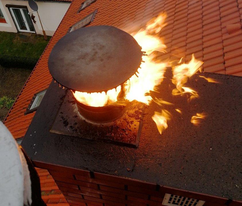 Strażacy pokazali niesamowite zdjęcia jak się może palić w kominie