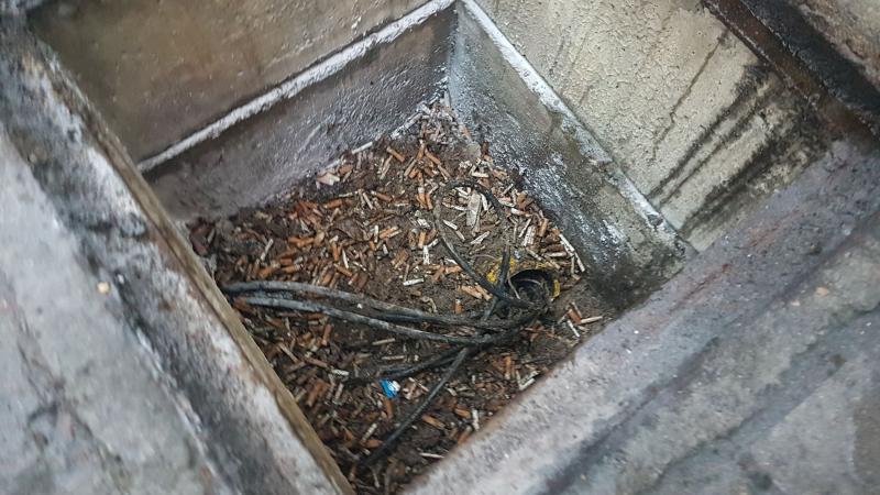 Niedopałki papierosów na stacji paliw przyczyną alarmu strażaków