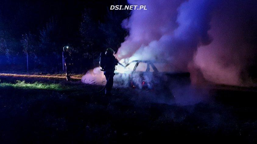 Na gorąco. Przed chwilą spłonęło kolejne auto. Zobacz zdjęcia