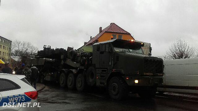Migawka: Lufa amerykańskiego czołgu zahaczyła ciężarówki