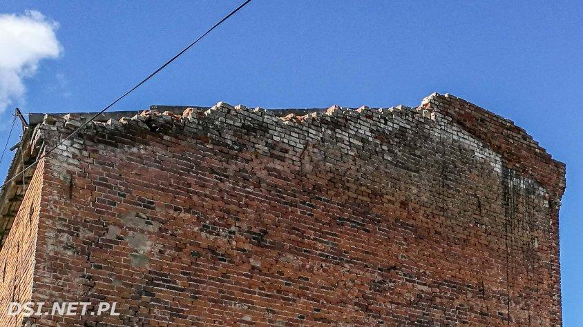 Dziś spadają cegłówki. Za rok, lub dwa przerwóci się cała ściana