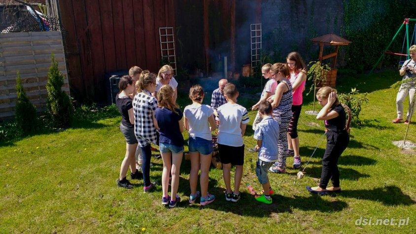 Uczniowie z drawskiej podstawówki w pasiece Fujarskich_5