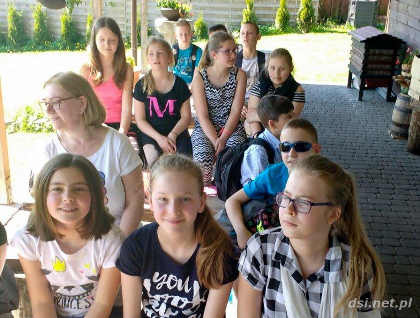 Uczniowie z drawskiej podstawówki w pasiece Fujarskich_6