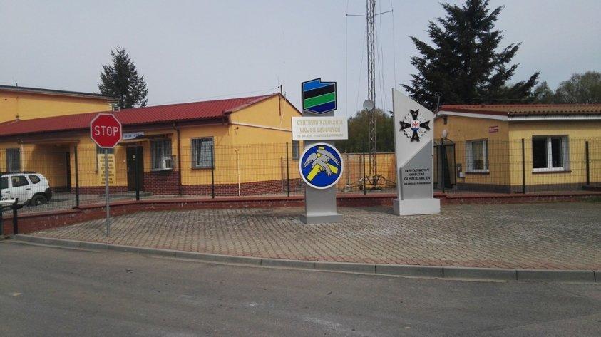 Zdewastowana ulica w Olesznie. Kierowcy jeżdżą po chodniku