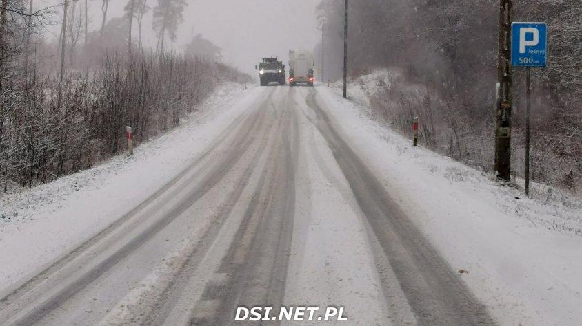 Tragiczne warunki na drogach. Samochody nie mogą jechać lub wypadają z drogi