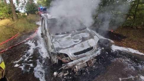 Tak wygląda pożar samochodu. Zdjęcia na drodze pomiędzy Pławnem a Cichorzeczem