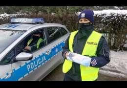 """Drawscy policjanci ostrzegają """"Warunki na drogach są trudne"""" i kontrolują kierowców"""