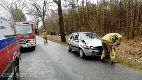 Samochód uderzył w naczepę. 2 osoby poszkodowane