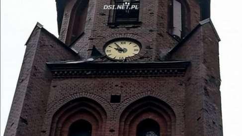 Kościelną wieżę w Złocieńcu uszkodził wiatr. Obróbki blacharskie zagrażały przechodniom