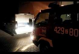 Agresywny mężczyzna w mieszkaniu. Strażacy i policja musieli wyłamać drzwi
