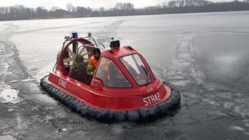 Video: Po ziemi, wodzie i lodzie – strażacy testują nowy sprzęt. To poduszkowiec