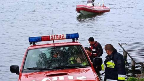 Akcja ratownicza na jeziorze. Strażacy ryzykowali w trudnych warunkach