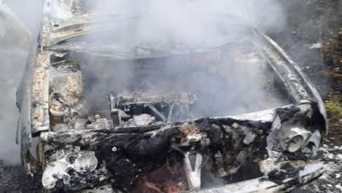 Pod Piasecznem spłonął samochód. Udało się obronić las