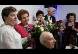 Seniorzy usiedli przy wigilijnym stole
