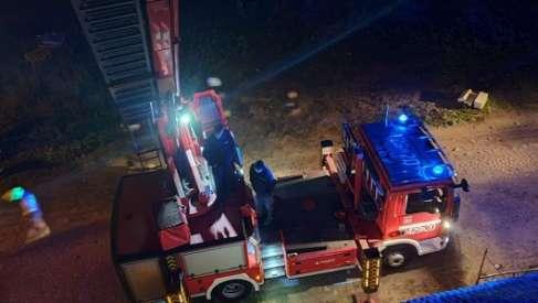 Pożar w Miłkowie. Strażacy stosują do gaszenia lancę gaśniczą