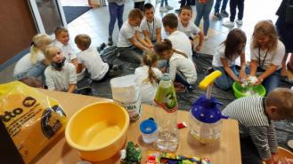 Dzieci na zajęcia z sensoplastyki
