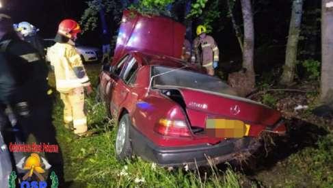 W nocy Mercedes uderzył w drzewo