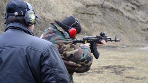 Skuteczna ochrona uszu na strzelnicy. Jakie słuchawki strzeleckie wybrać?