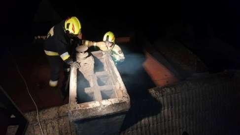Video: Dzisiaj strażacy pokazali jak wygląda praca w nocy z palącym się kominem