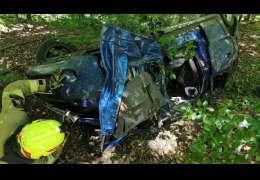 Auto zahaczyło o korzeń i poszybowało 20 metrów