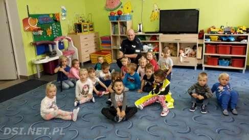 Dzielnicowy Marek Biernacki z wizytą u dzieci w szkołach na terenie byłej gminy Ostrowice
