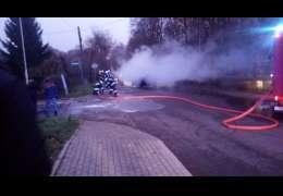 Płonie samochód w Kaliszu Pomorskim. Zdjęcia i video