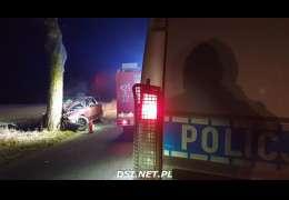 Wypadek: Rano auto uderzyło w drzewo