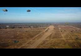 Niesamowite ujęcia spadochroniarzy na poligonie w Drawsku