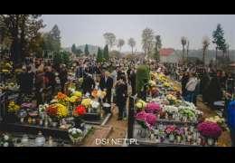 Złocieniec: Wolontariusze sprzątają groby. Msza na cmentarzu 1 listopada odwołana.