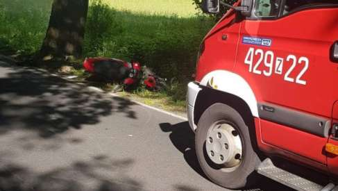 Kierowca skutera uderzył w drzewo
