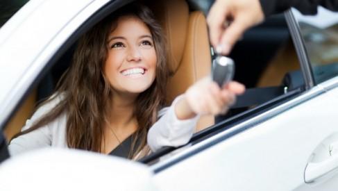 W jakich sytuacjach opłaca się wypożyczyć samochód z wypożyczalni?