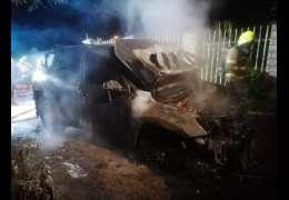 Strażacy ratowali płonący samochód